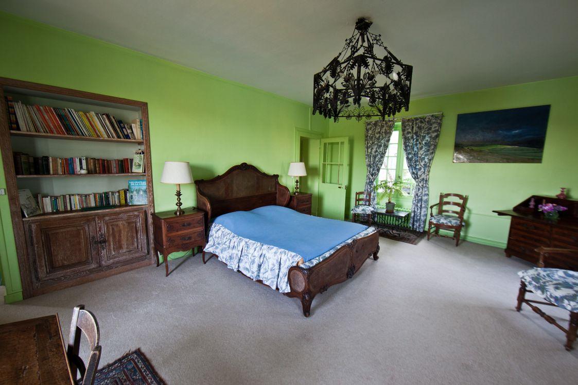 chambre verte la mouche abeille. Black Bedroom Furniture Sets. Home Design Ideas