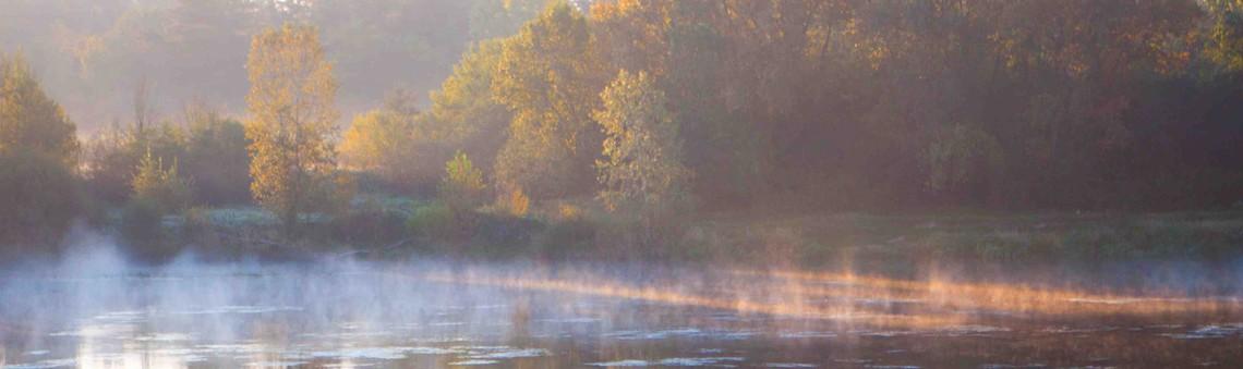 Lorsque la brume danse sur le fleuve au petit matin