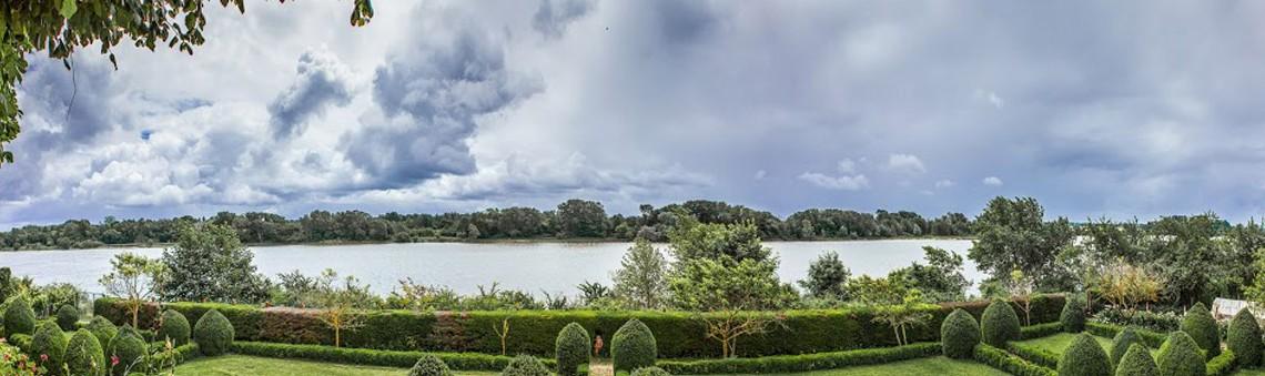 Vue panoramique de la Loire avec un ciel orageux